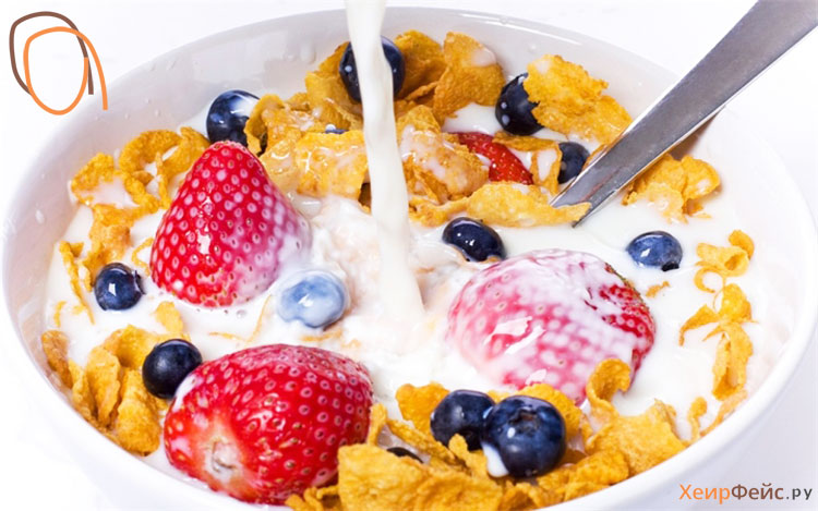 Мюсли с фруктами и молоком